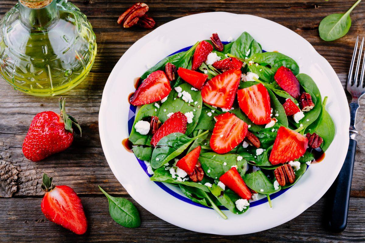 Salade pouces d'épinard fraises et vinaigre balsamique à la truffe